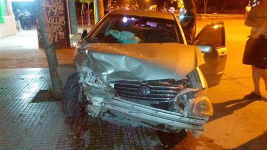 Violento choque: los autos quedaron sobre la vereda con serios daños