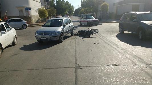 Se quebró la clavícula tras chocar con su moto
