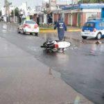 choque-y-fuga-moto-auto-avenida-universidad-lluvia