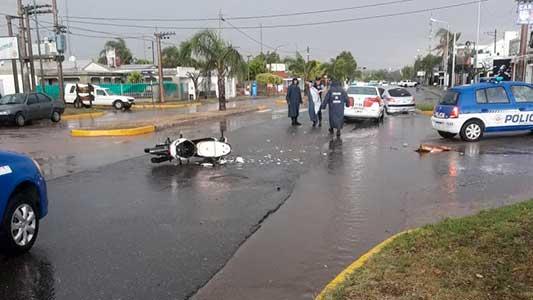 choque-y-fuga-moto-auto-avenida-universidad-lluvia-2