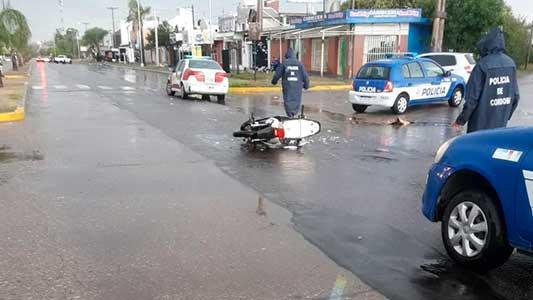 Chocó en plena tormenta y se fugó: vecinos asistieron al motociclista