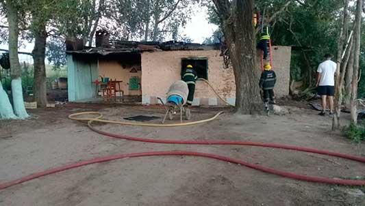 Buscan al que prendió fuego su casa tras discutir con su concubina