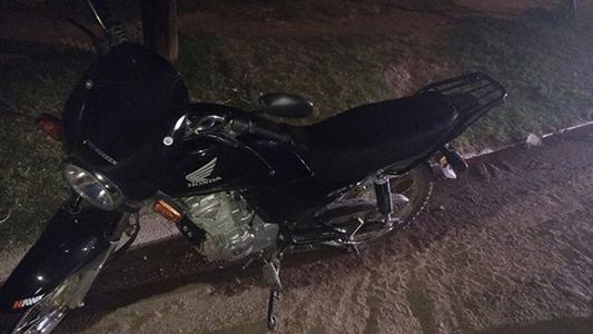 Abandonó la moto robada y se fugó por un campito cuando estaba rodeado