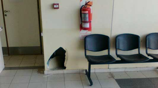 Andaban en patineta y rompieron pared de durlock dentro del Hospital