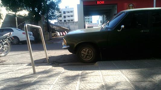 """Auto estacionado frente a una rampa: """"No aprendemos más"""""""