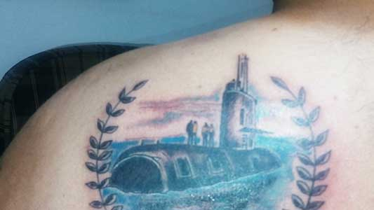 """""""Me siento orgulloso"""" dijo, y se tatuó el submarino en la espalda"""