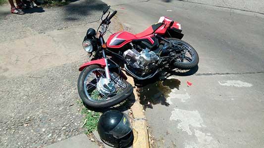 Así quedó la rueda de la moto después del impacto contra el cordón