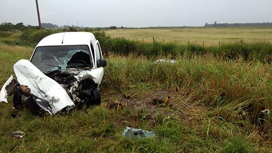 Dos autos chocaron de frente y un conductor quedó atrapado