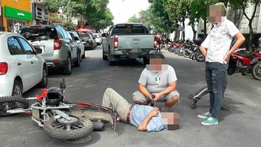 Cayó con la moto en pleno centro y sufrió doble fractura