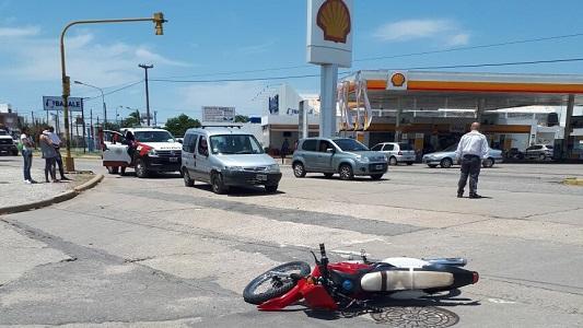 Menor de edad al Hospital tras chocar en la moto