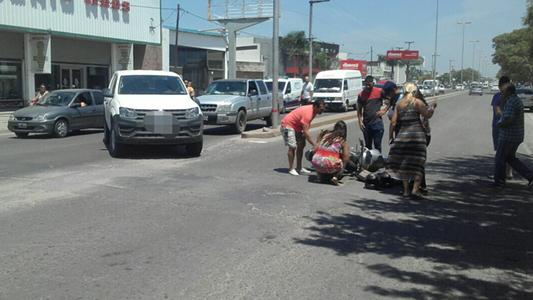 Madre e hija en moto fueron embestidas por camioneta