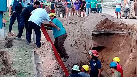 Rescataron al obrero aprisionado por el derrumbe de la obra de desagüe