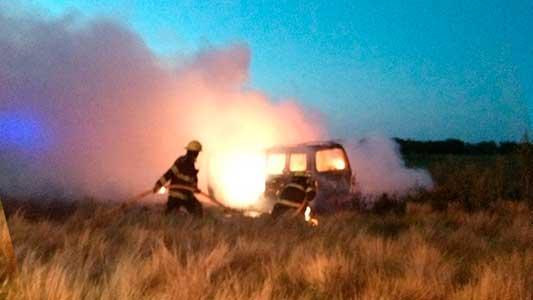 Por una chispa del escape se le quemó totalmente el auto