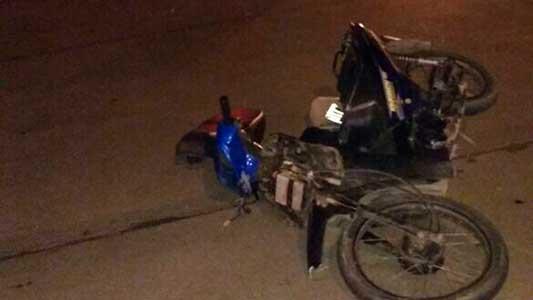 Mujer en moto con doble fractura en un choque contra una camioneta