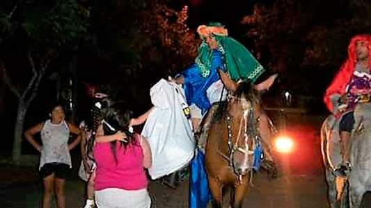 Los Reyes Magos salen de caravana por Villa Nueva