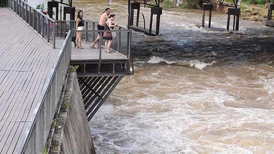 Sacarán con la Policía a la gente que insista en meterse al río