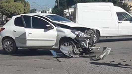 Accidente entre auto y camión no ocasionó heridos