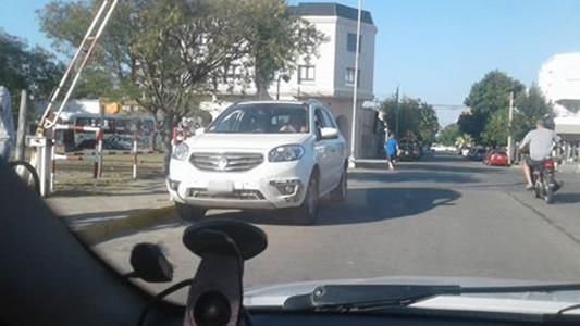 Automóvil circulaba en contramano por calle San Luis