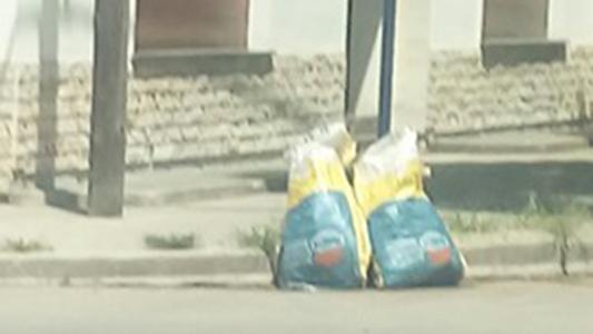 Qué tienen las bolsas que están en esquinas de barrio Lamadrid