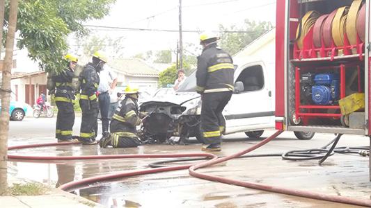 Así se quemó el auto que estaba en un garage de barrio General Paz