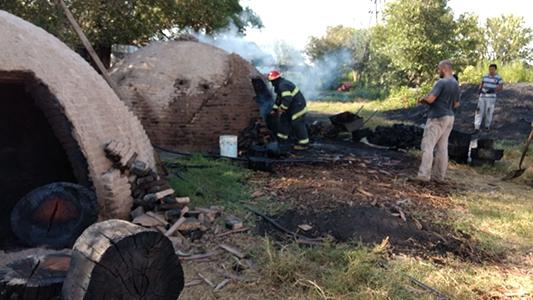 Bomberos debieron sofocar el fuego de un horno carbonero