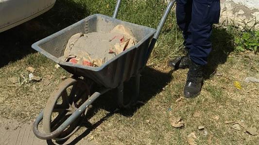 Los agarraron con la carretilla llena de cemento que robaron de una obra