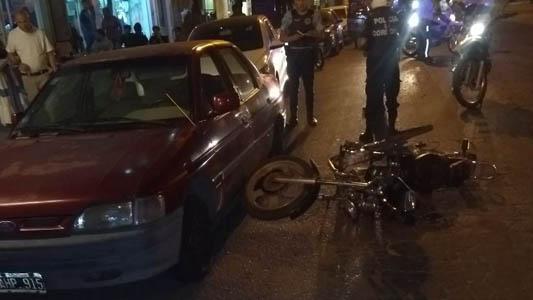 Perdió el control de su moto y chocó contra un auto estacionado