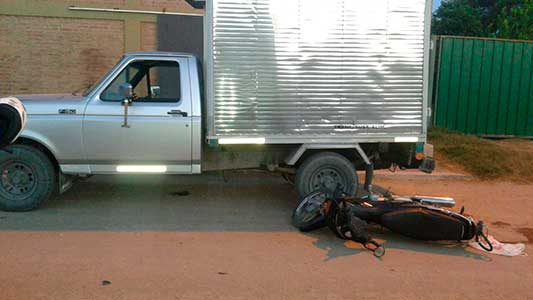 Iba en moto y se chocó una camioneta estacionada: sufrió lesiones graves