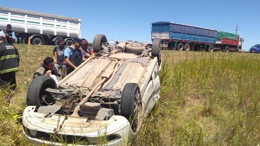 Camioneta chocó contra un camión y volcó en ruta 158