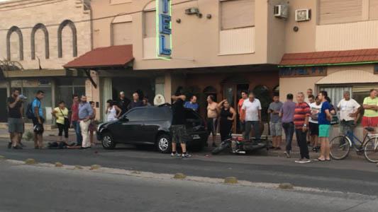 Otro choque entre un auto y una moto dejó a una persona tirada en la calle