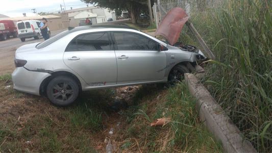 Conductor perdió el control y terminó tumbando un alambrado