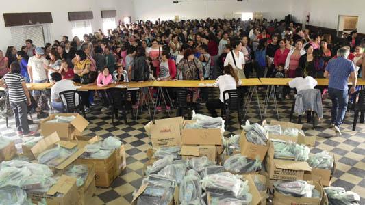 El municipio otorgó kits escolares a 1500 niños, niñas y adolescentes