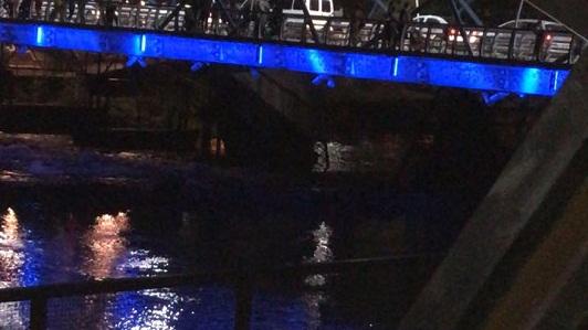 Averiado, se derrumbó parte del viejo puente Vélez Sársfield