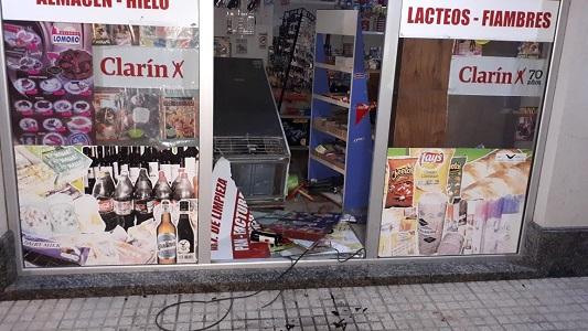 Dos menores destrozaron el vidrio de un kiosko para robar alcohol