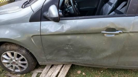Joven perdió el control del vehículo que quedó de costado