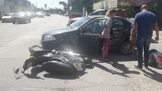 Al Hospital tras chocar en su motocicleta contra un auto