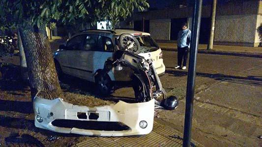 Fuerte choque: automovilista se dio a la fuga y dejó motociclista herida