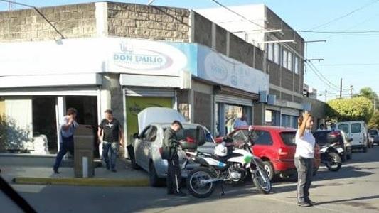 Se incrustaron dos autos contra el frente de una distribuidora mayorista