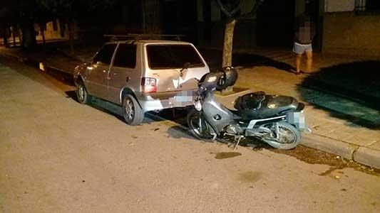 Iba en moto de madrugada y se chocó un auto estacionado