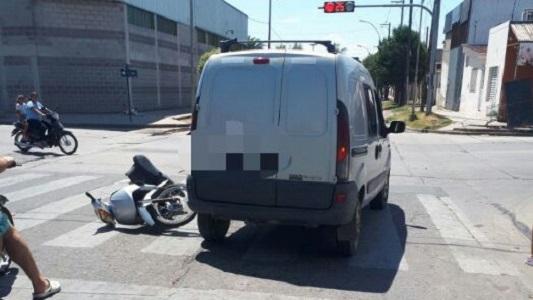 Fuerte choque en salta y exruta pesada entre moto y auto