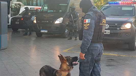 Con perros y un escáner móvil buscaron droga en la Terminal de Ómnibus