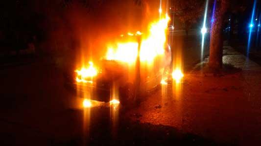 Se le quemó por completo el Fiat Uno estacionado en barrio Parque