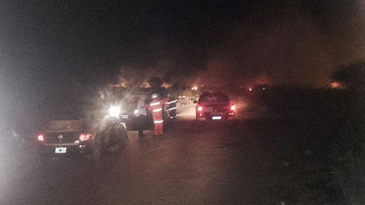 Incendio en un campo mantuvo ocupados a los bomberos de madrugada