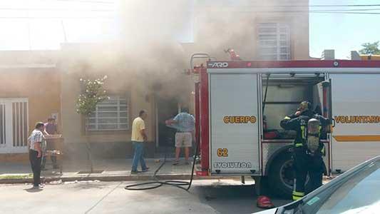 Incendio en una vivienda de barrio Güemes: daños y una mujer descompuesta