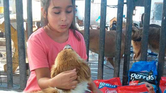 Luana cumplió su sueño y dejó con la panza contenta a varios perritos