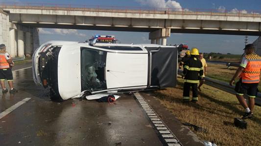 Paraguayos y un porteño volcaron con la camioneta en la Autopista