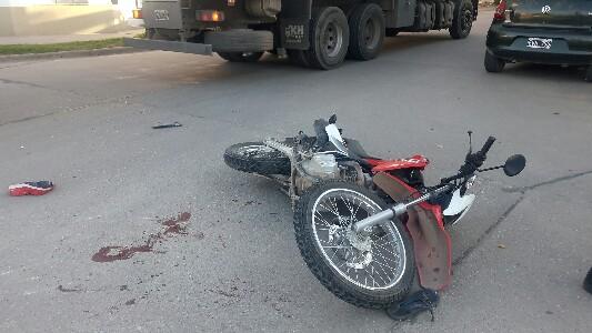 Chocó en moto contra un camión: se quebró un brazo y golpeó la cara