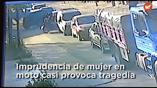 Imprudencia de mujer en moto casi provoca una tragedia para sus hijos