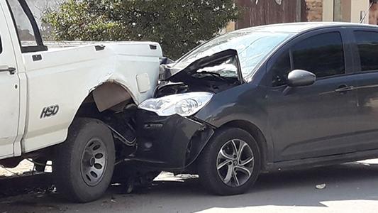 Sin control: automovilista chocó a dos vehículos estacionados