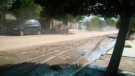 Tapados de barro: Así queda el pavimento de calle Rucci con cada lluvia
